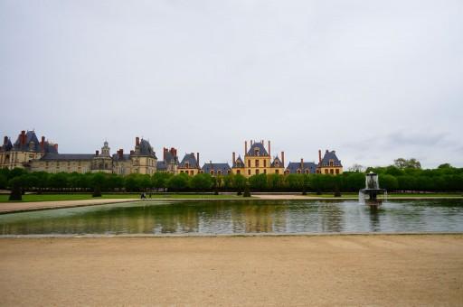 前庭から宮殿を望む