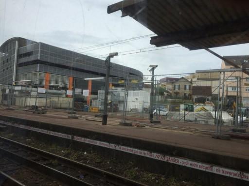 駅のホーム(中:これはFontainbleau-Avonではありません)